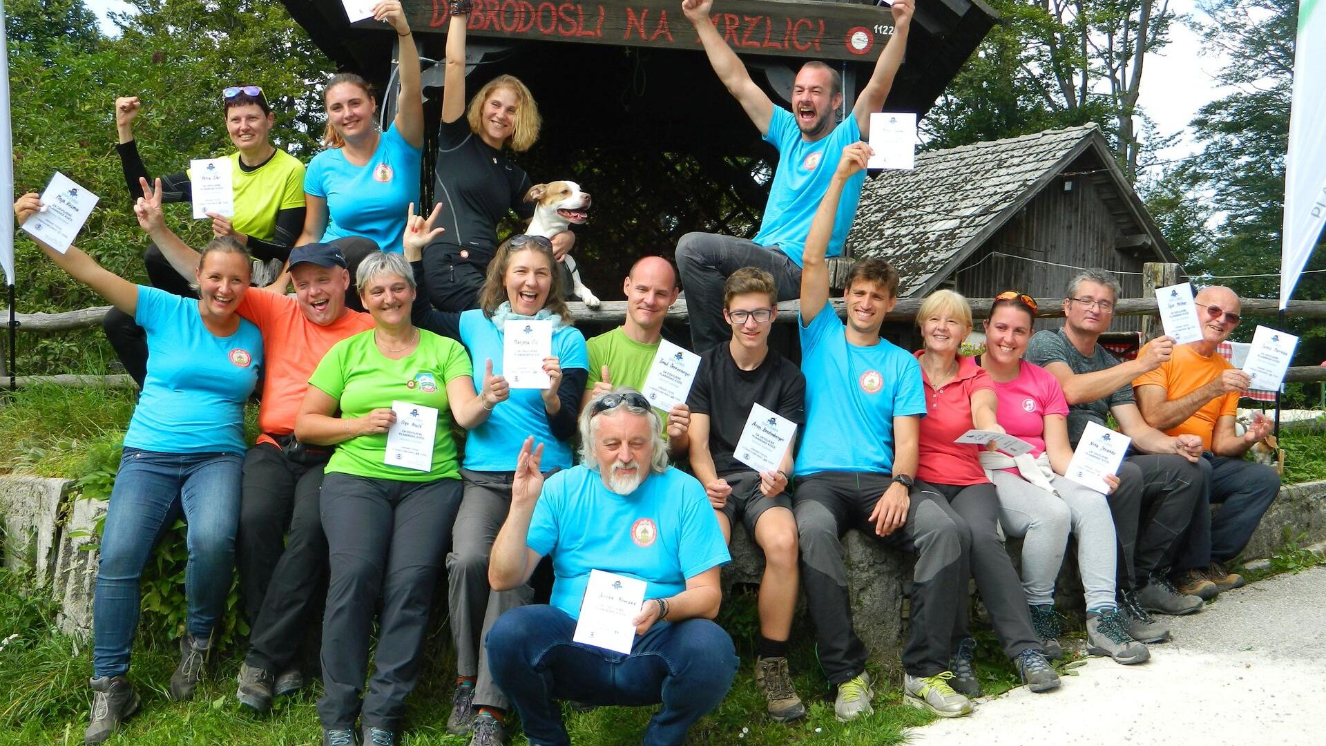 Na sliki skupina nasmejanih planincev, ki so osvojili priznanja ZNAKO-dnevnika akcije GSPK, foto arhiv GSPK